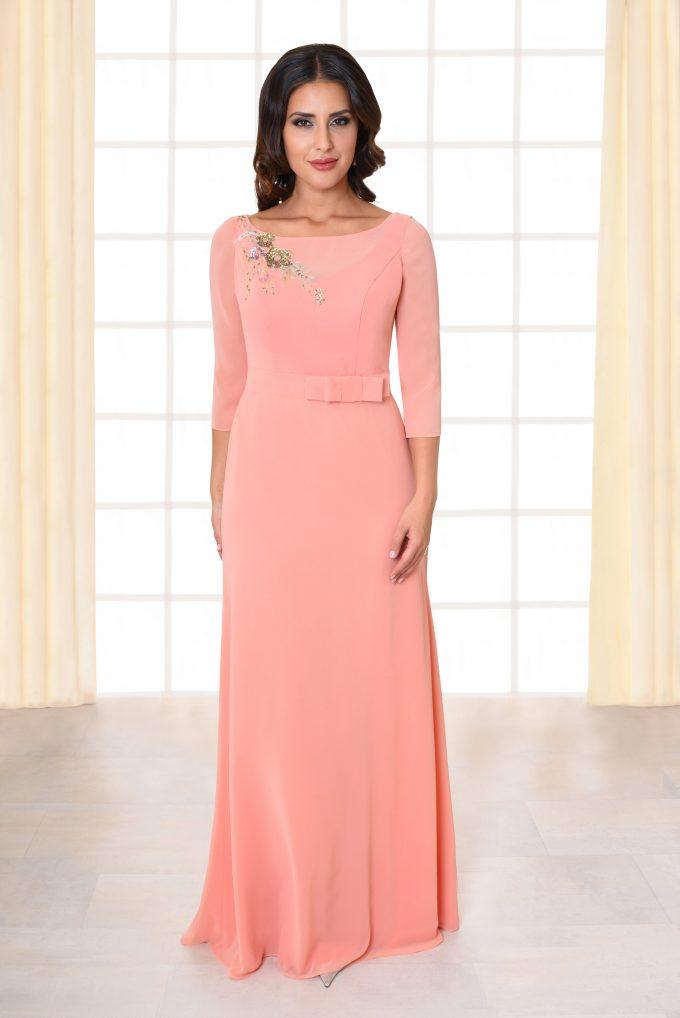 Abendkleid lang Beth rosa mit Schleifengürtel und Brosche von vorne