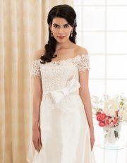 Langes Brautkleid mit Carmen Ausschnitt aus Seide und Spitze mit großer Schleife vorne