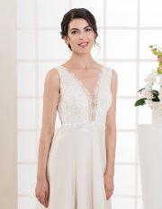 Langes Brautkleid mit tiefem Ausschnitt, Spitze und schmalen Trägern vorne