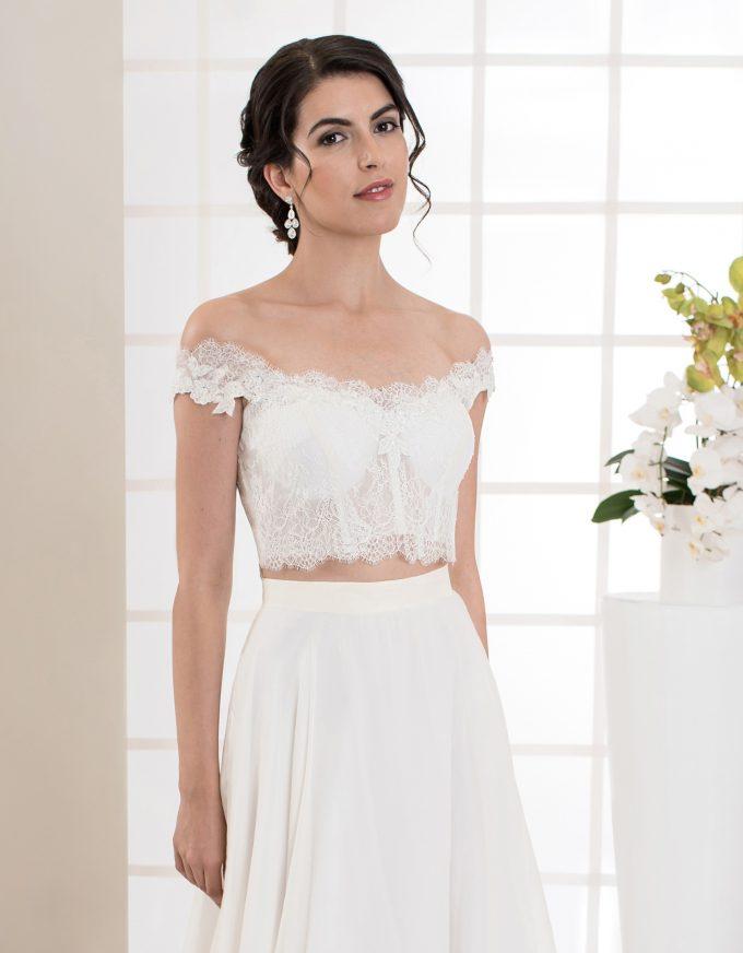 Langes, zweiteiliges Brautkleid mit schmalen Trägern vorne