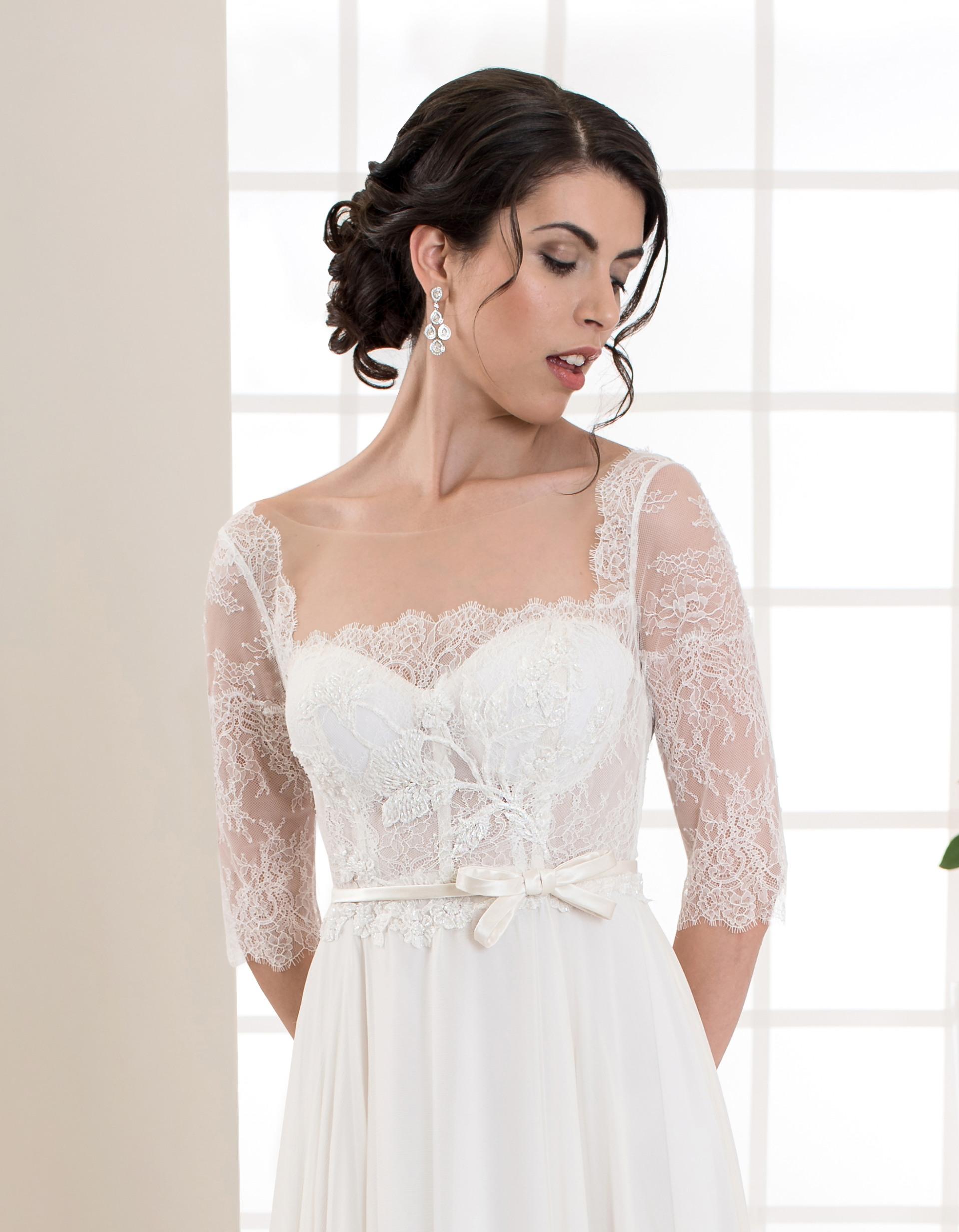 Langes Brautkleid mit langen Ärmeln und Spitze vorne