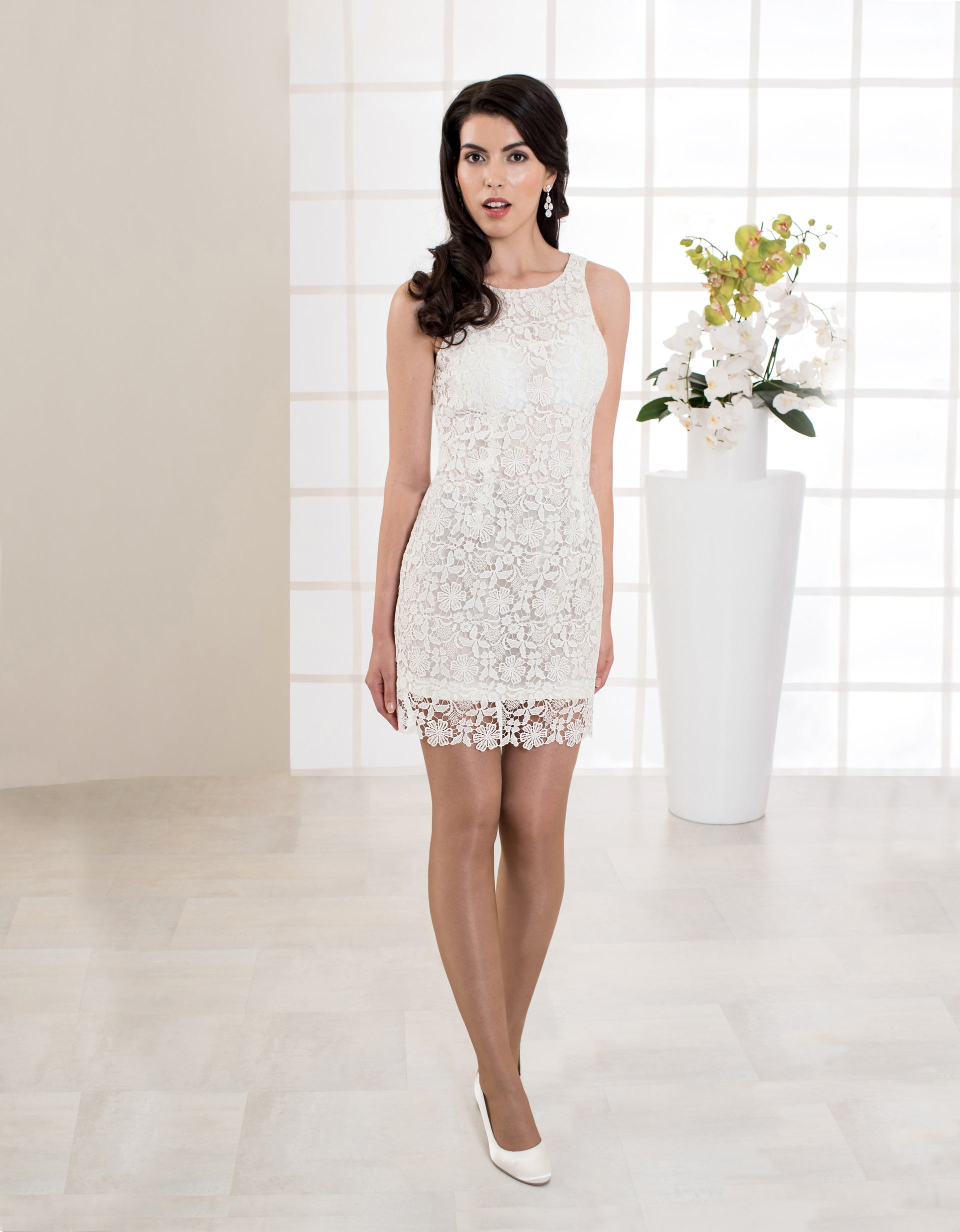Kurzes Brautkleid aus Spitze mit schmalen Trägern und Rückenausschnitt vorne