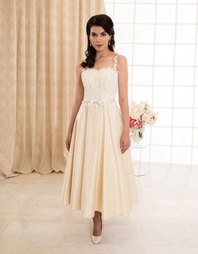 Wadenlanges Brautkleid mit schmalen Trägern und Rückenausschnitt vorne
