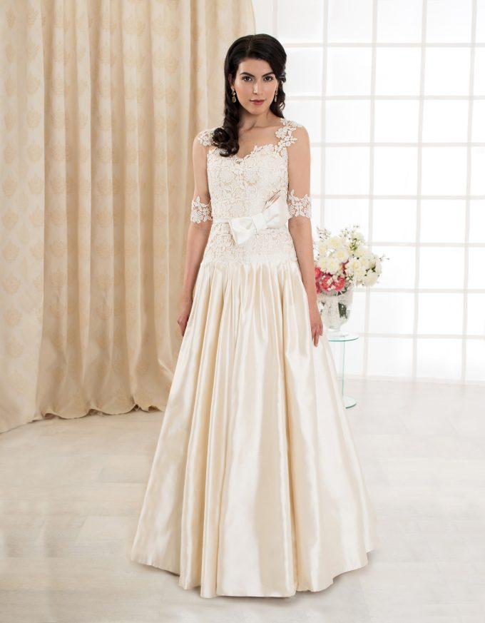 Langes Brautkleid mit Spitze, transparenten langen Ärmeln und Rückenausschnitt vorne