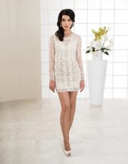 Kurzes Brautkleid mit langen Ärmeln und tiefem Rückenausschnitt vorne