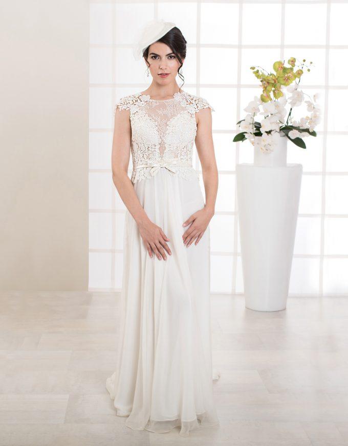 Langes Brautkleid in A-Linie mit Rückenausschnitt und Flügelärmeln aus Spitze vorne