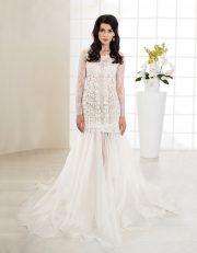 Langes Brautkleid mit Spitze, tiefem Rückenausschnitt und langen Ärmeln vorne
