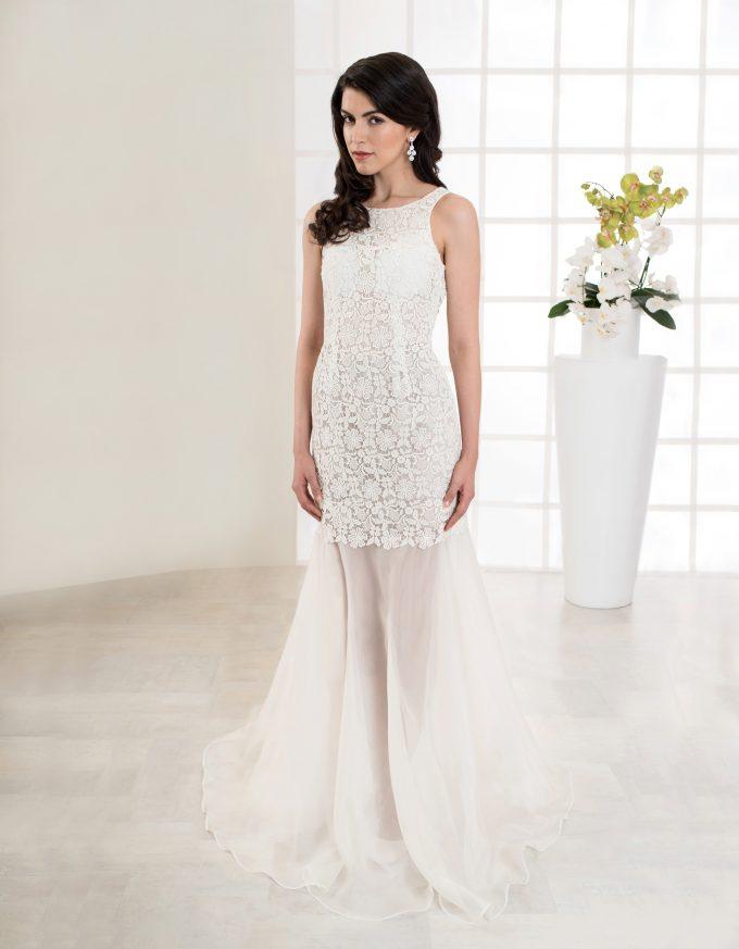 Bodenlanges Brautkleid mit Makrame Spitze und Rückenausschnitt vorne