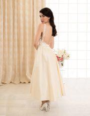 Wadenlanges Brautkleid mit schmalen Trägern und Rückenausschnitt Seitenansicht