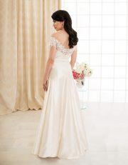 Langes Brautkleid mit Carmen Ausschnitt aus Seide und Spitze mit großer Schleife Rückenansicht