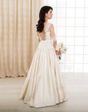 Langes Brautkleid mit Spitze, transparenten langen Ärmeln und Rückenausschnitt Rückenansicht