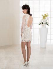 Kurzes Brautkleid mit langen Ärmeln und tiefem Rückenausschnitt Seitenansicht
