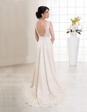 Langes Brautkleid mit tiefem Ausschnitt, Spitze und schmalen Trägern Rückenansicht