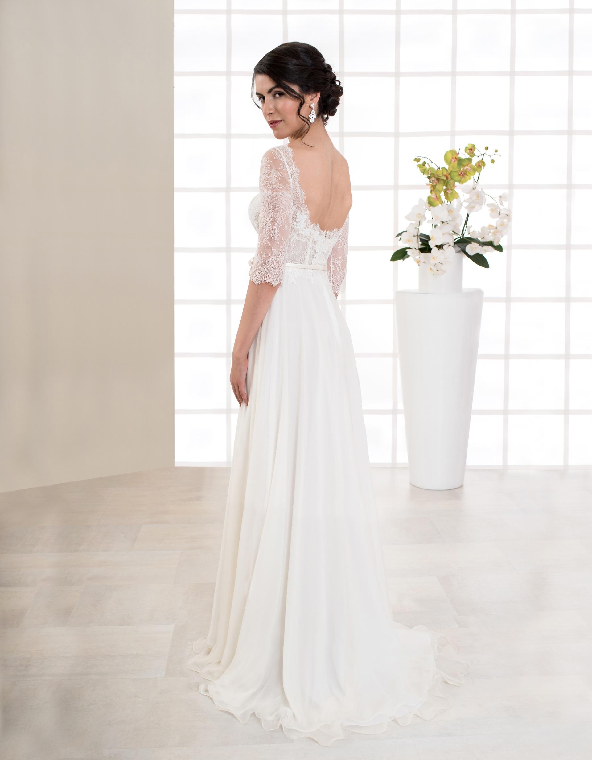 Langes Brautkleid mit langen Ärmeln und Spitze Seitenansicht