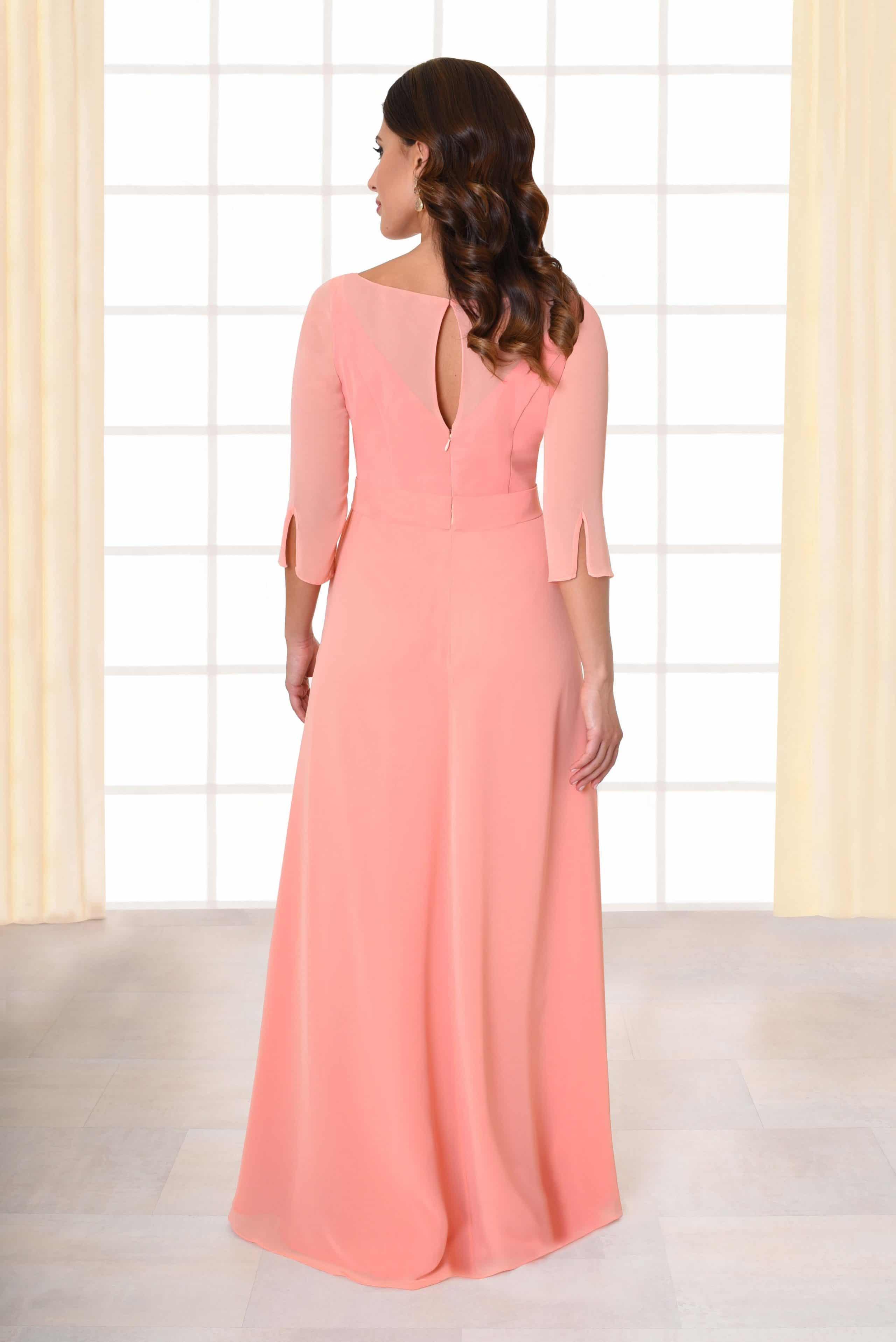 Abendkleid lang Beth rosa mit Schleifengürtel und Brosche von hinten