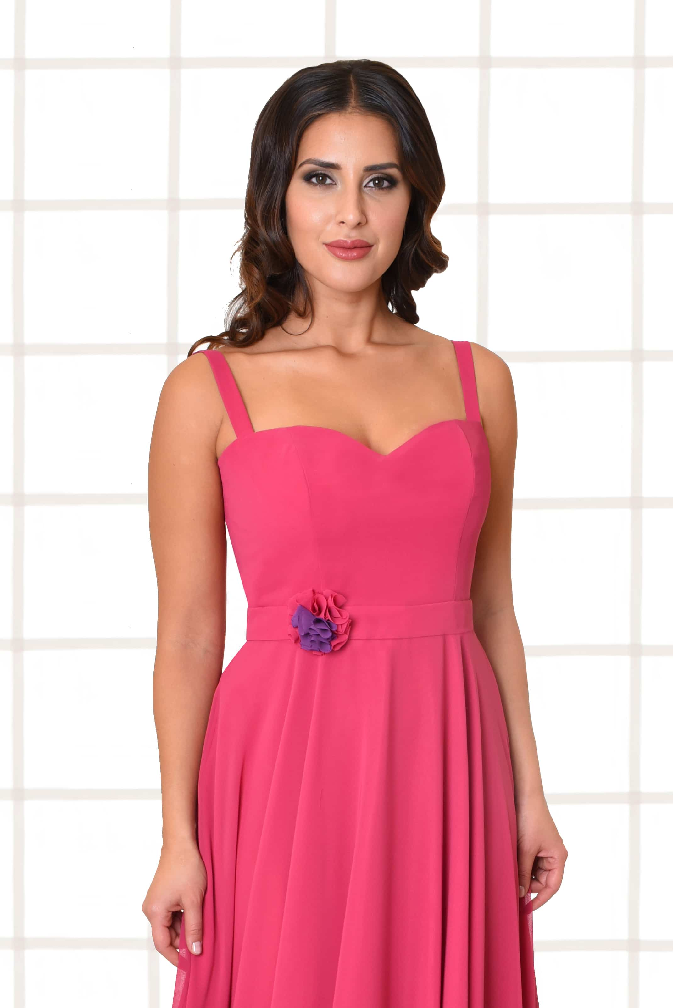 Abendkleid lang Carina pink Gürtel mit Blütenapplikation und schmalen Trägern Nahaufnahme