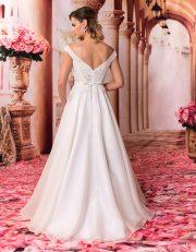 Langes Brautkleid mit Spitzenoberteil und breiten Trägern von hinten