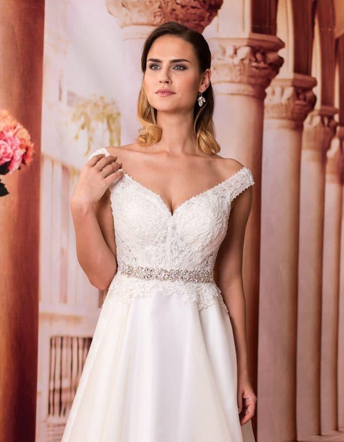 Langes Brautkleid mit Spitzenoberteil und breiten Trägern Nahaufnahme