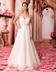 Langes Prinzessin Brautkleid mit Schleppe und V-Ausschnitt von vorne