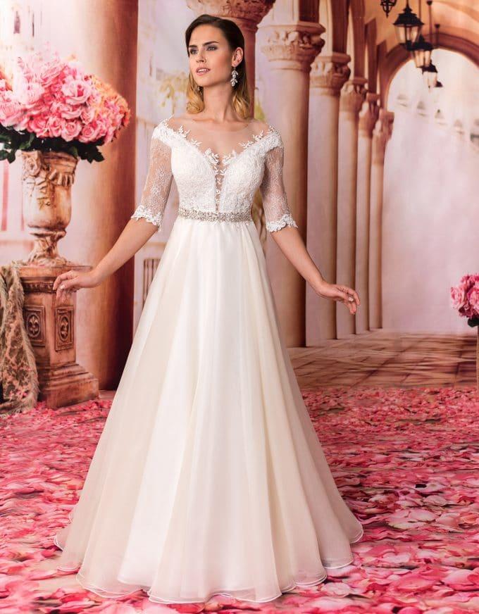Langes Prinzessin Brautkleid mit Spitze und tiefem Rückenausschnitt von vorne
