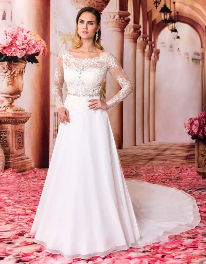 Prinzessin Brautkleid mit langer Schleppe und langen Spitzenärmeln von vorne