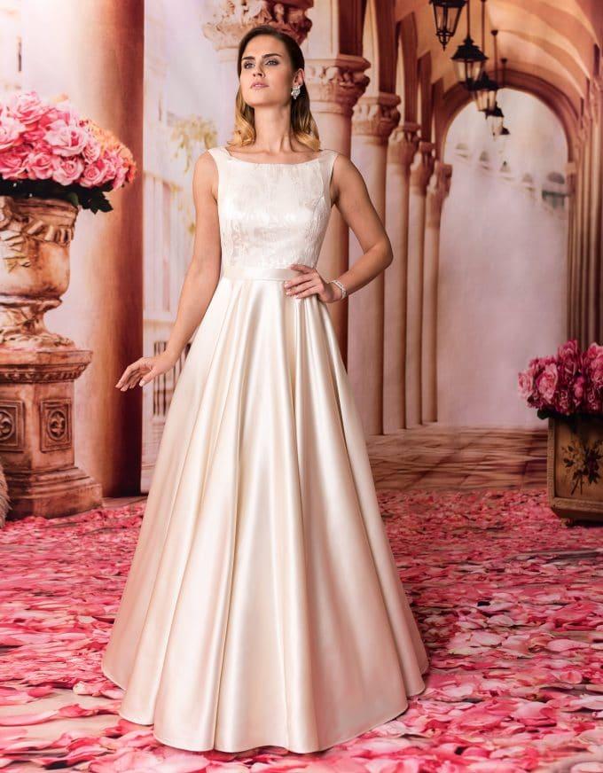 Langes Prinzessin Brautkleid mit Tellerrock und U-Boot Ausschnitt von vorne