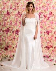 Brautkleid lang schulterfrei aus Spitze mit Schleppe von vorne mit Cape