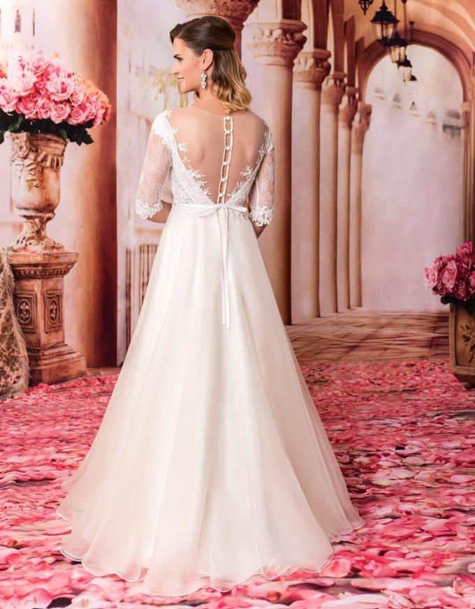 Langes Prinzessin Brautkleid mit Spitze und tiefem Rückenausschnitt von hinten
