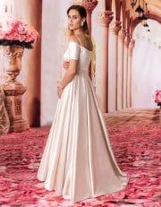 Langes Off Shoulder Brautkleid mit filigranen Trägern von hinten