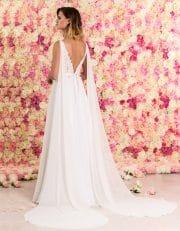 Brautkleid lang in A-Linie mit tiefem V-Ausschnitt und Spitze von hinten