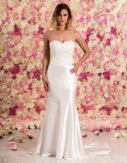 Brautkleid lang schulterfrei aus Spitze mit Schleppe von vorne