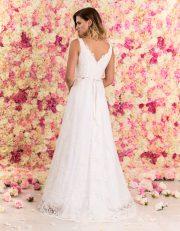 Brautkleid lang aus Spitze mit Schleppe von hinten