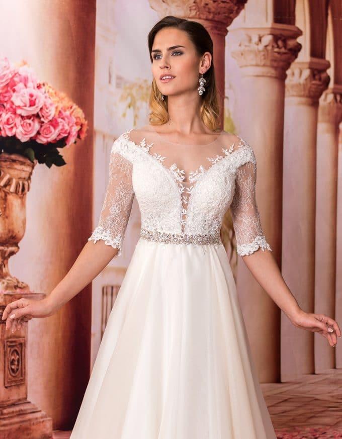 Langes Prinzessin Brautkleid mit Spitze und tiefem Rückenausschnitt Nahaufnahme