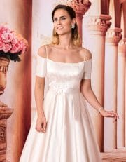 Langes Off Shoulder Brautkleid mit filigranen Trägern Nahaufnahme