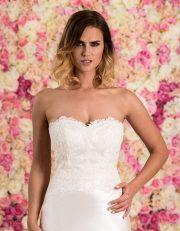 Brautkleid lang schulterfrei aus Spitze mit Schleppe Nahaufnahme