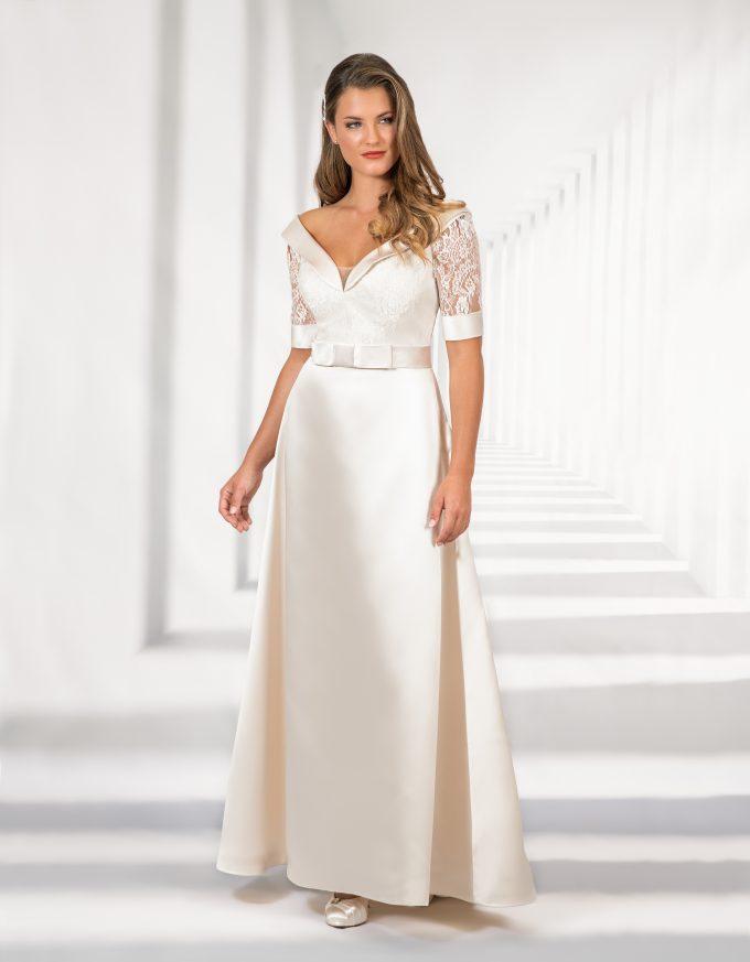 Langes, elegantes Brautkleid mit Spitzenoberteil und Schleife in der Hüfte