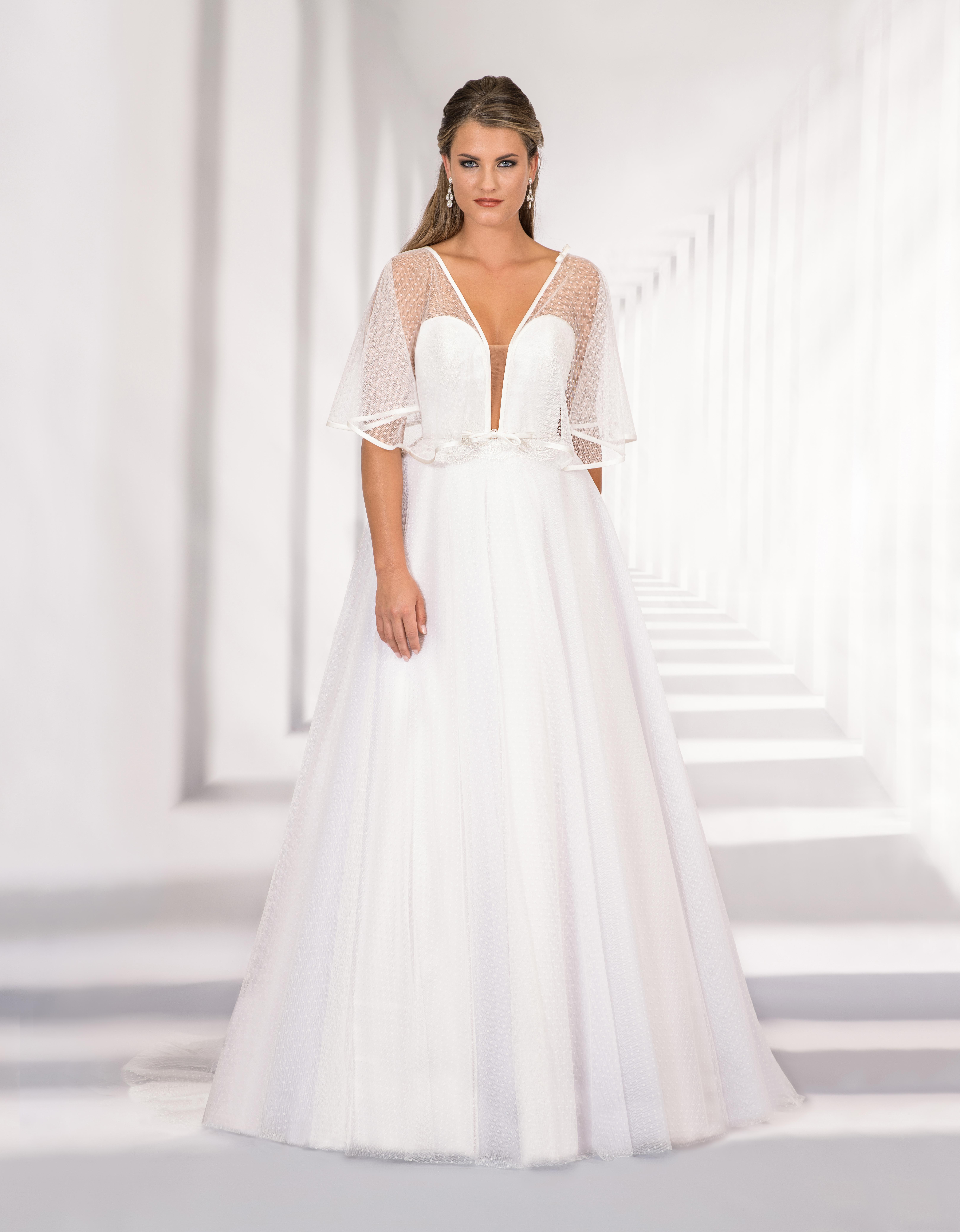 Langes Brautkleid mit tiefem Ausschnitt und Flügelärmel