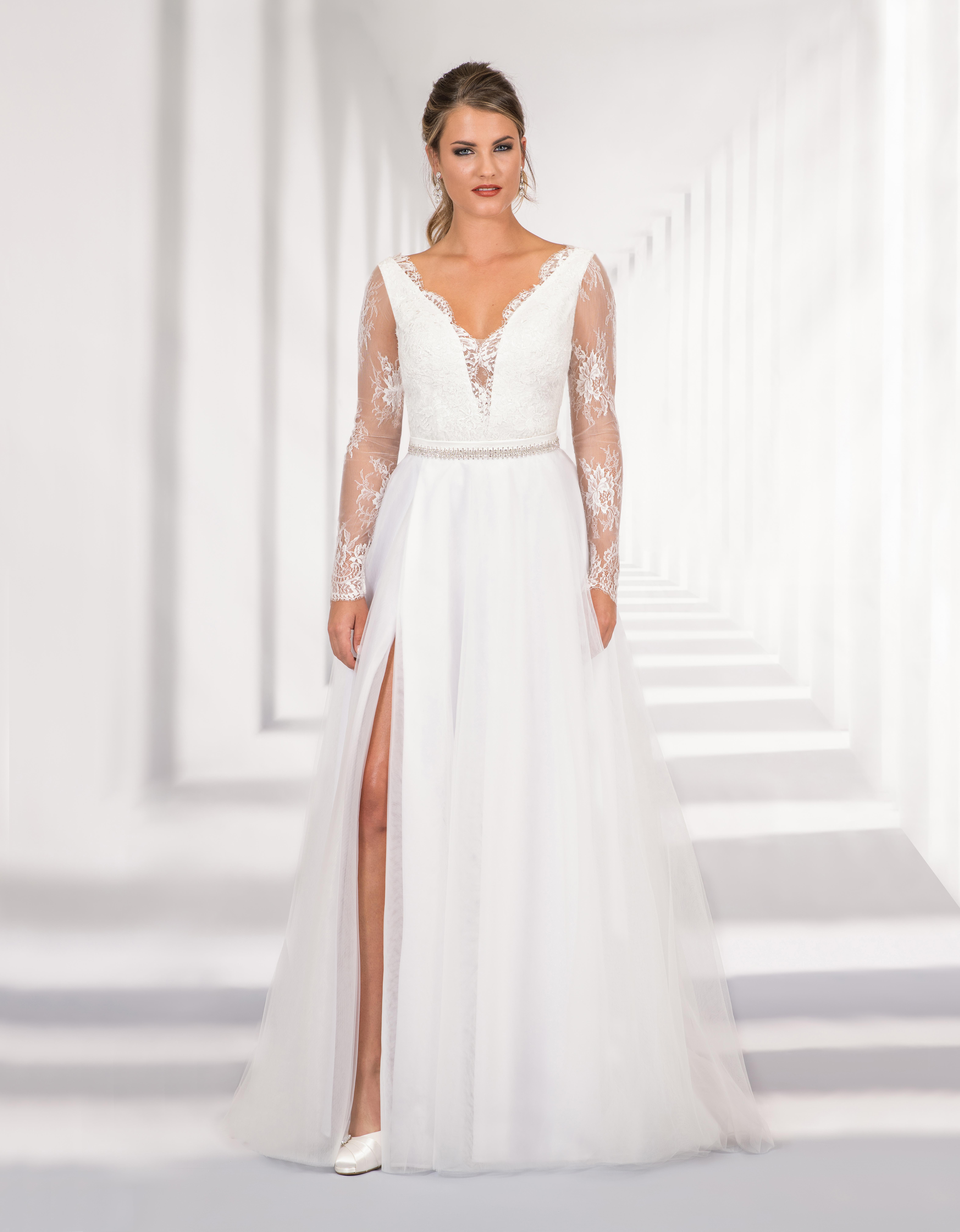 Langes Brautkleid mit Spitzenoberteil und hohem Schlitz