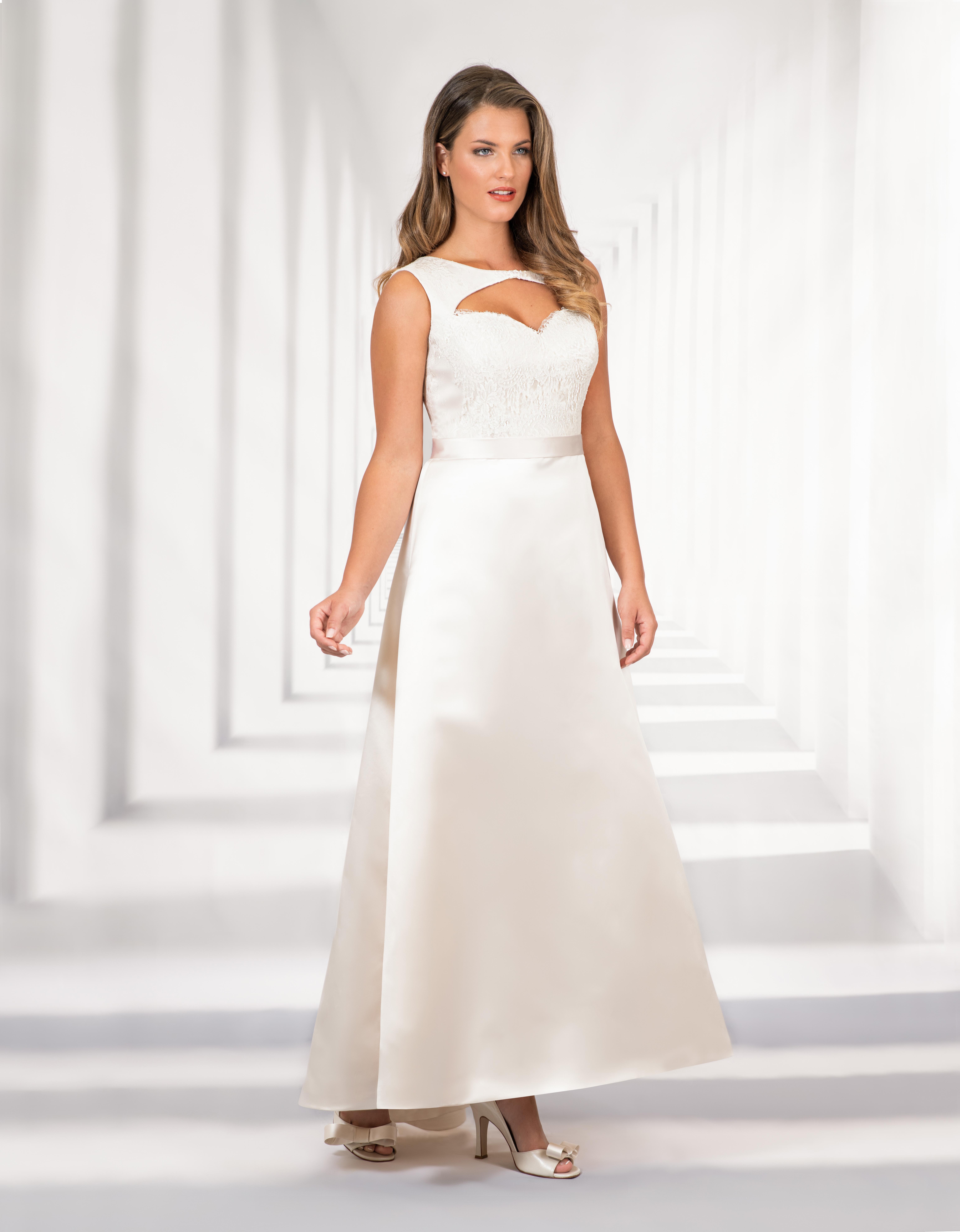 Langes Brautkleid mit Herzausschnitt und Spitzenoberteil