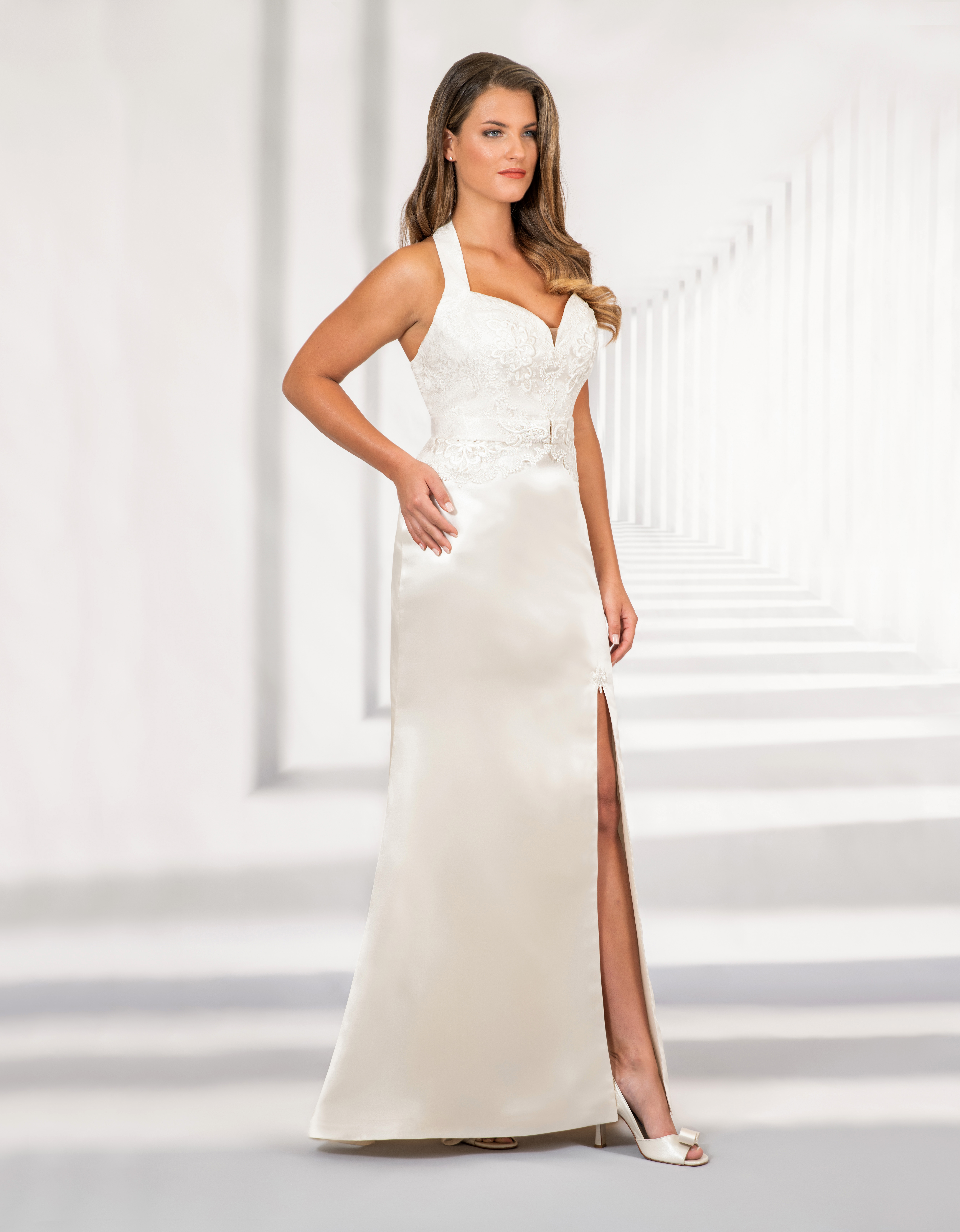 Langes Brautkleid mit tiefem Schlitz und Herzausschnitt