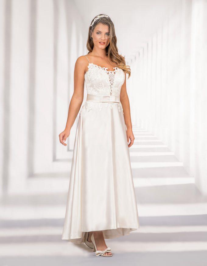 Langes Brautkleid mit Spitzenoberteil und Schleife in der Taille