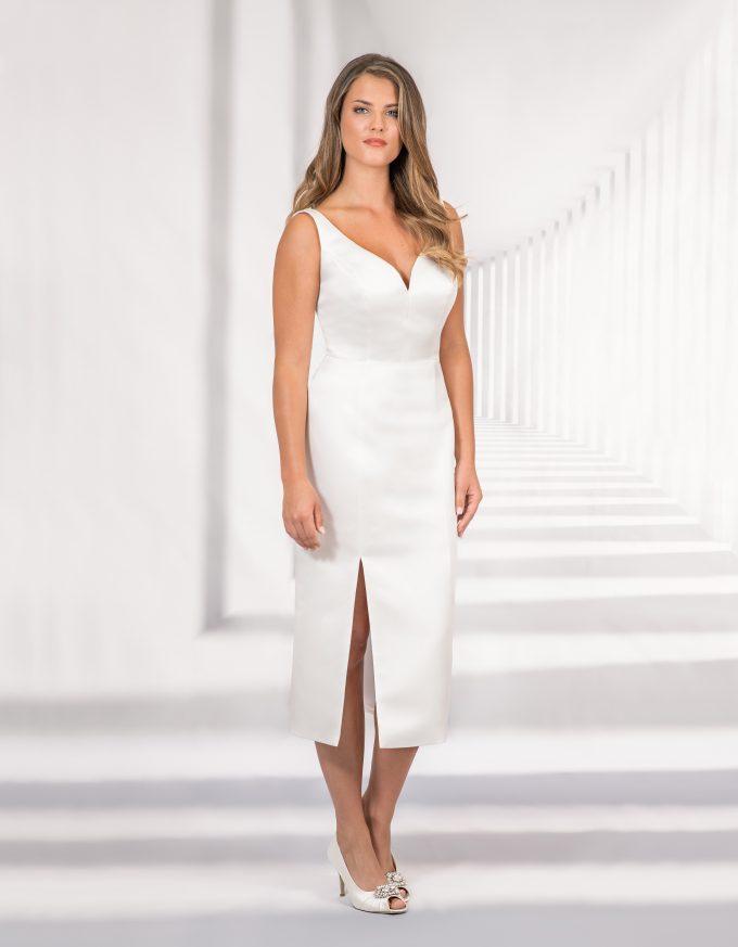 Kurzes, schlichtes Brautkleid mi Herzausschnitt und hohem Schlitz