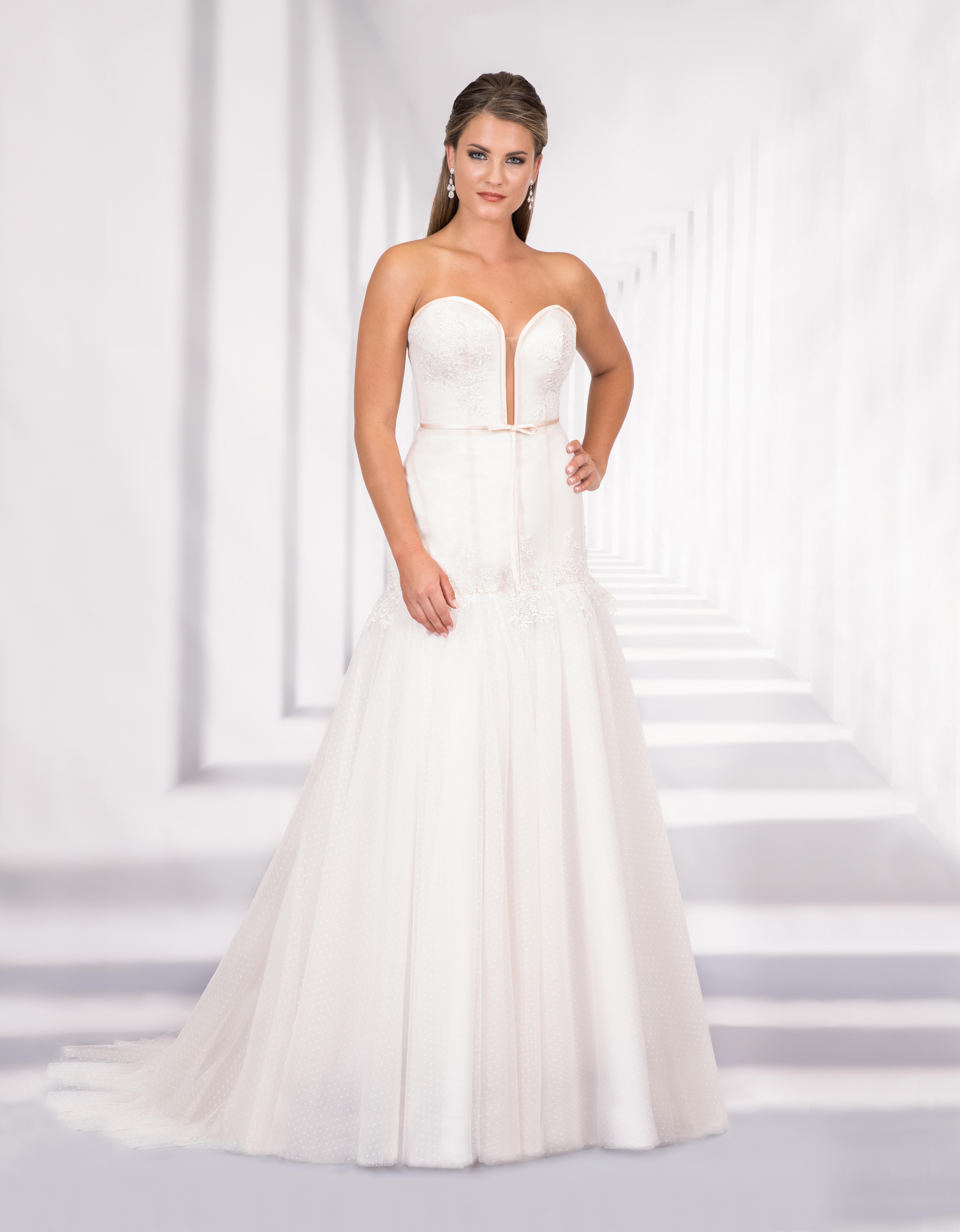 Trägerloses Brautkleid mit tiefem Ausschnitt