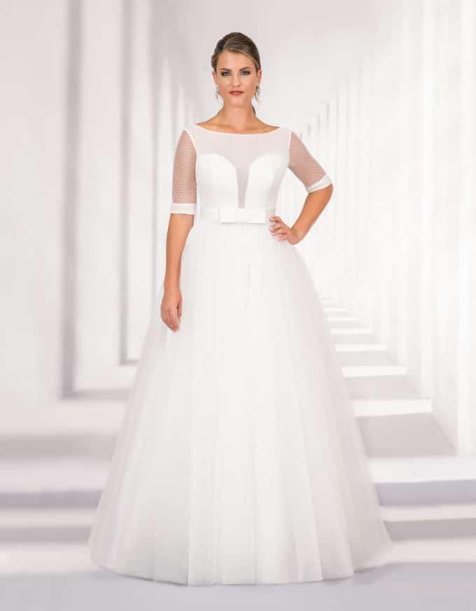 Langes Brautkleid mit transparentem Oberteil und großer Schleife in der Taille