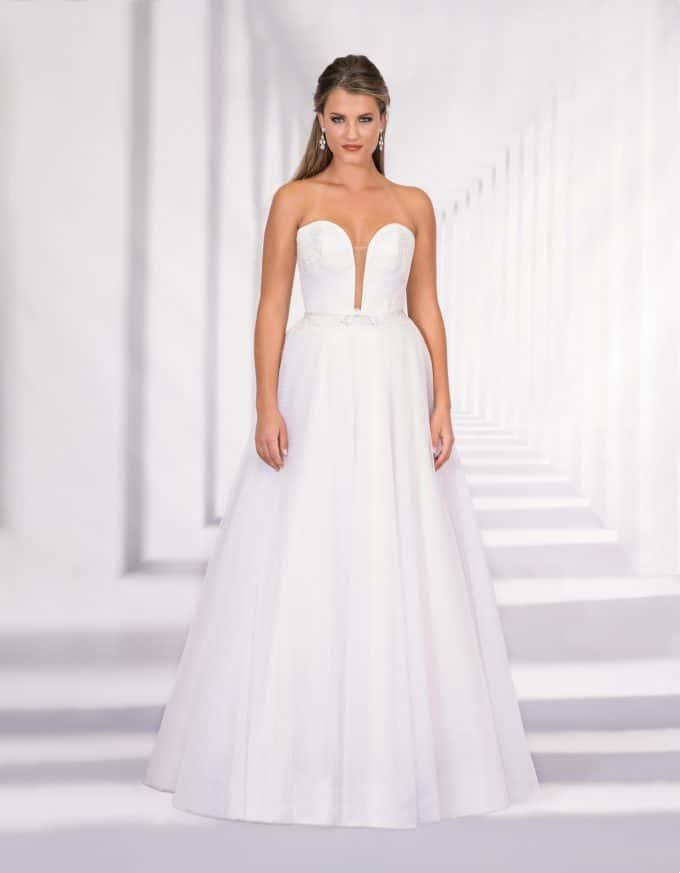 Trägerloses, bodenlanges Brautkleid mit tiefem Ausschnitt von vorne