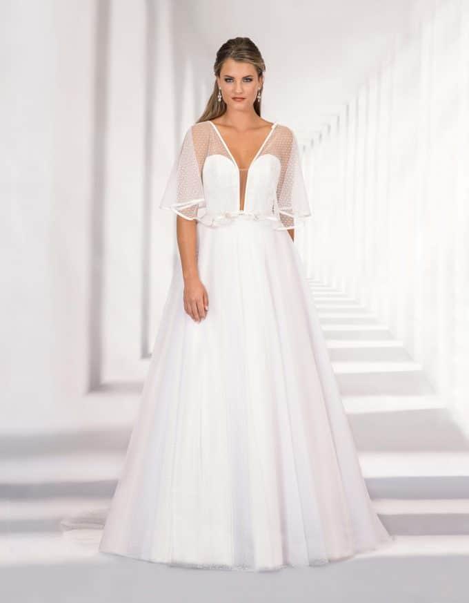 Langes Brautkleid mit tiefem Ausschnitt und Flügelärmel von vorne