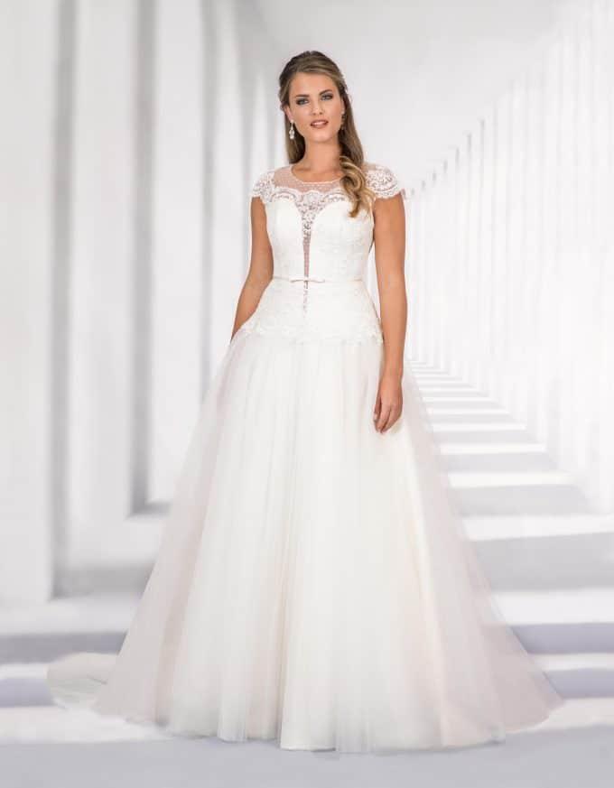 Bodenlanges Brautkleid mit transparentem Spitzenoberteil und Schleife in der Taille von vorne