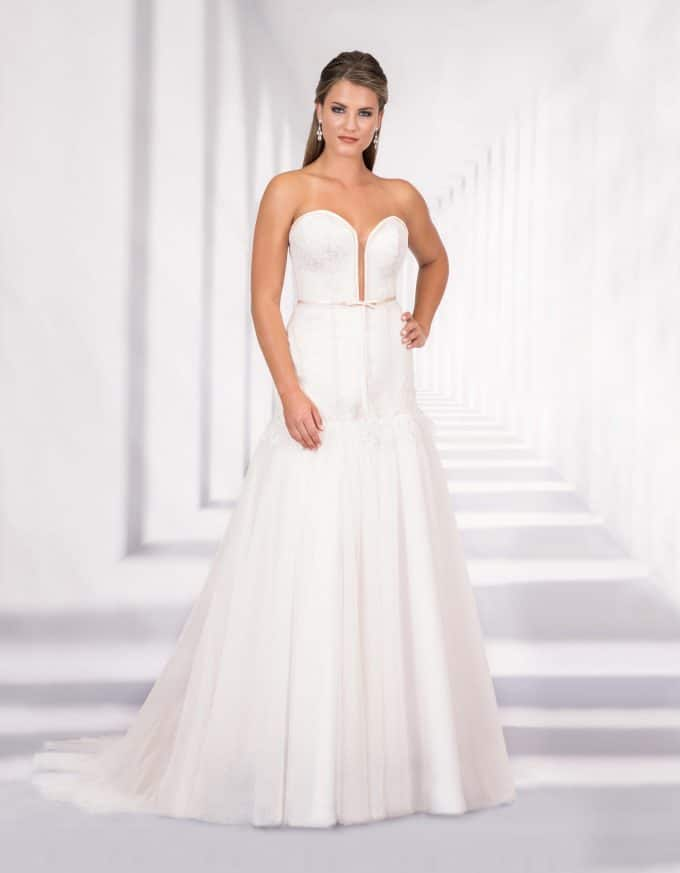 Trägerloses Brautkleid mit tiefem Ausschnitt von vorne