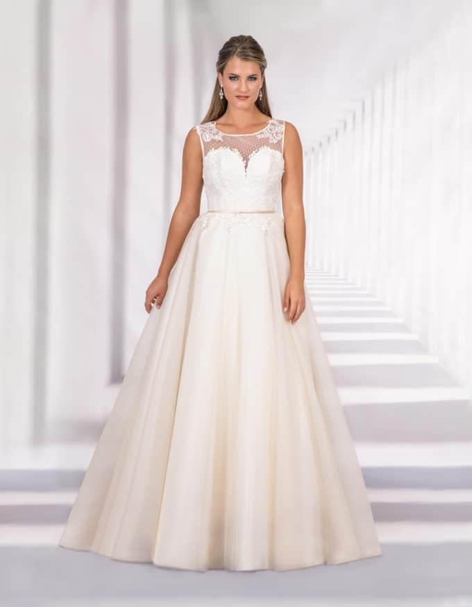 Bodenlanges Brautkleid mit transparentem Oberteil und Herzausschnitt von vorne