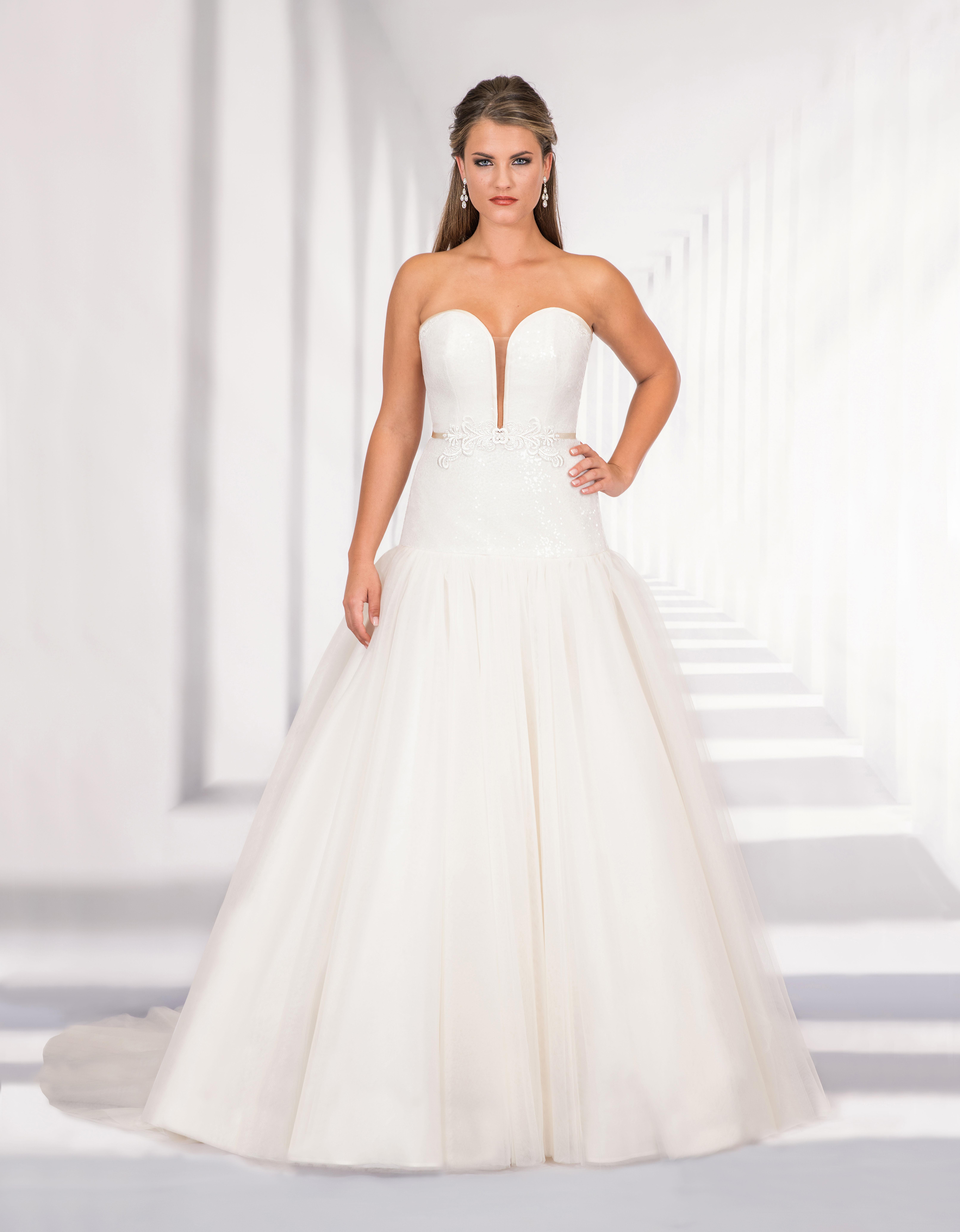 Korsagen Brautkleid mit Tüllrock und Schleppe sowie Oberteil aus Paillettentüll von vorne
